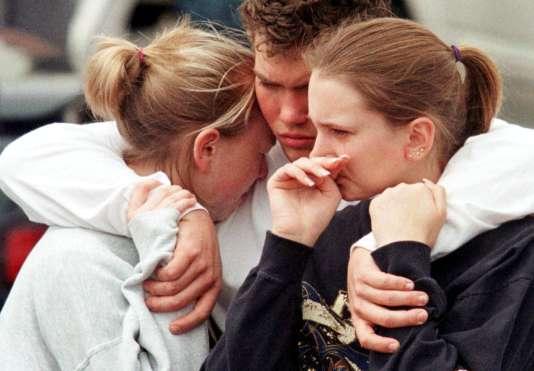 Pendant un hommage aux victimes, au lendemain de la tuerie de Columbine.