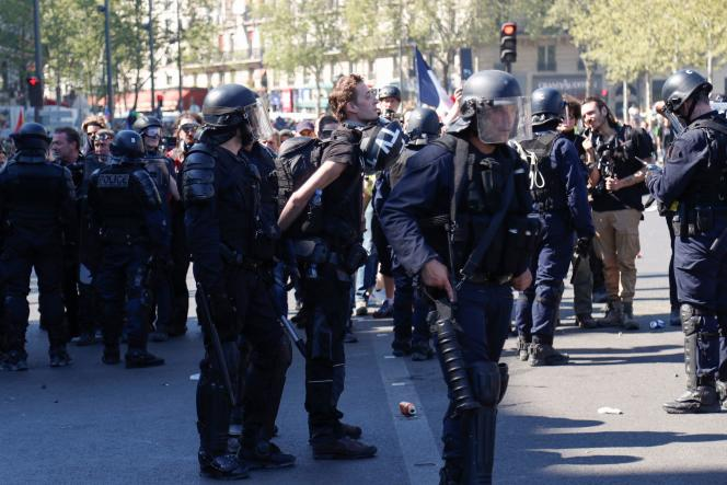 Interpellation de Gaspard Glanz, samedi 20 avril, place de la République à Paris.