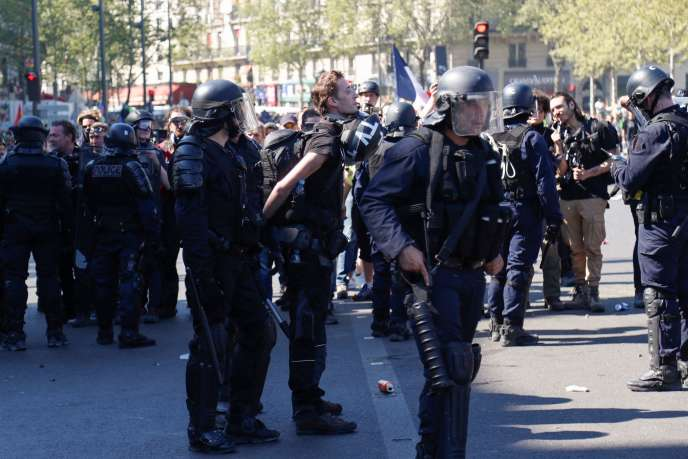 Interpellation de Gaspard Glanz, samedi 20 avril, place de la République à Paris.