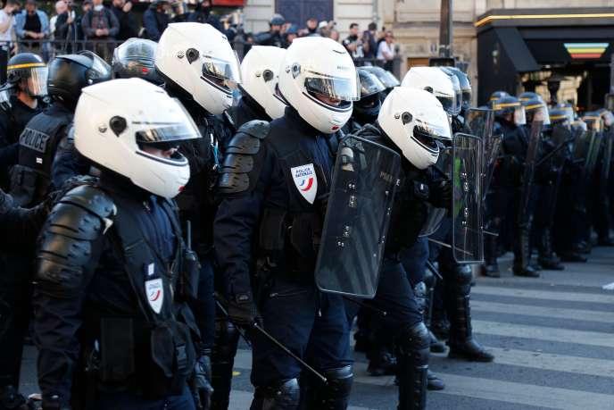 Des policiers lors de l'acte XXIII des« gilets jaunes» à Paris le samedi 20 avril.