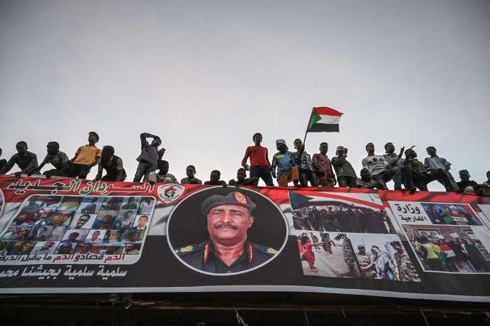 Des manifestants soudanais devant le complexe militaire de la capitale du pays, à Khartoum, au Soudan, le 20 avril 2019.