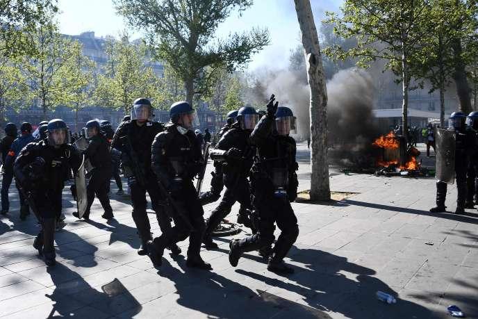 Des policiers, sur la place de la République à Paris lors de l'acte XXIII des« gilets jaunes», le 20 avril.
