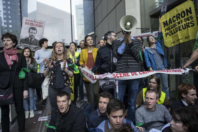 Des militants bloquent l'accès aux sites d'entreprises accusées de contribuer au réchauffement climatique, à la Défense (Haut-de-Seine), le 19 avril.