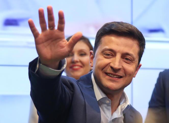 Volodymyr Zelensky salue ses soutiens après l'annonce de son élection à la présidence de l'Ukraine, à Kiev, le 21 avril.