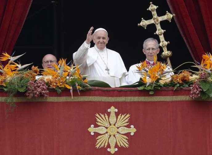 """Papa Francesco si rivolge alla folla dopo la tradizionale benedizione pasquale """"urbi et orbi"""" (alla città e al mondo), domenica 21 di aprile in Vaticano."""