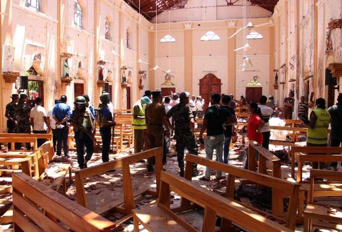 Des enquêteurs inspectentl'église catholique de Saint-Sébastien de Negombo, au Sri Lanka, après l'attentat du 21 avril.