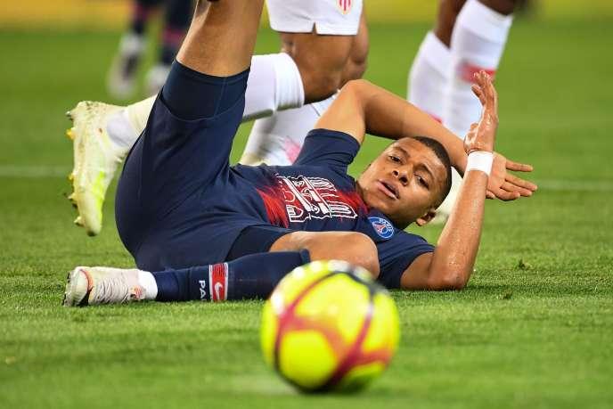 Kylian Mbappé au sol, lors du match PSG-ASMonaco, au Parc des Princes, à Paris, le 21avril.