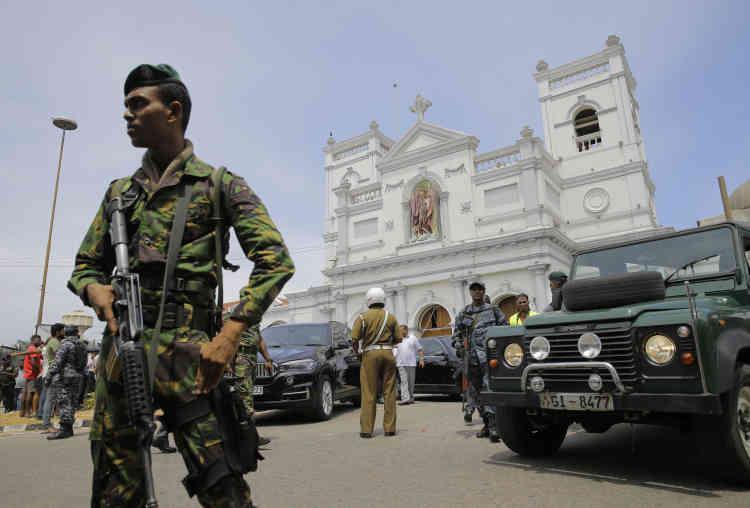 Peu après l'explosion dimanche matin, l'armée sri-lankaise sécurise le quartier autour de l'église Saint Antoine, située à Colombo, la capitale du pays.