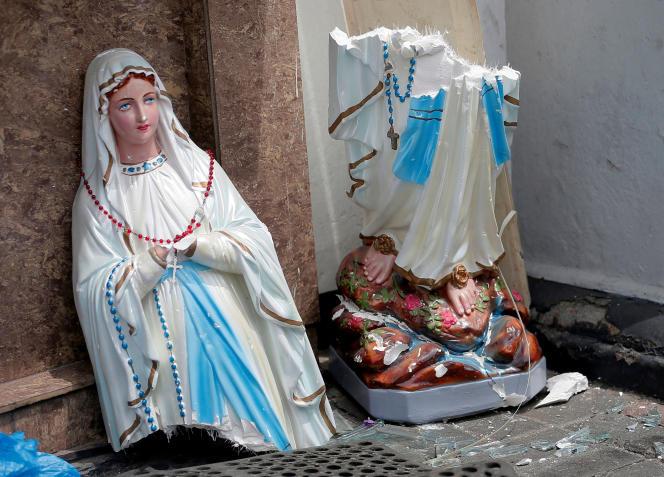 Une statue de la Vierge Marie est cassée en deux, le 21 avril, suite à l'explosion qui a eu lieu la veille, à l'église Saint-Antoine, à Colombo.