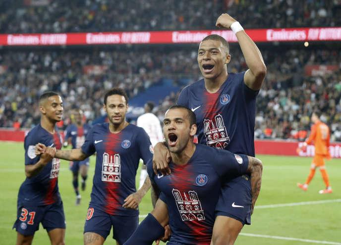 Kylian Mbappé célèbre son but sur les épaules de Dani Alves lors du match entre le Paris-Saint-Germain et Monaco au Parc des Princes à Paris le 21 avril.