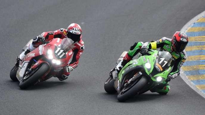 La Honda n°111 à la lutte avec la Kawasaki n°11, le 21 avril au Mans.