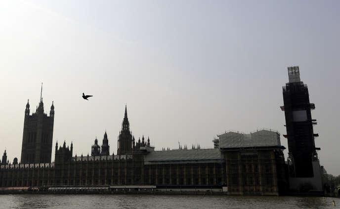 Le palais de Westminster est couvert d'échaffaudages en raison des travaux menés pour réparer le bâtiment, à Londres, le 17 avril.