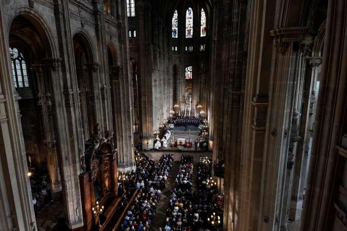 Pour cette messe de Pâques exceptionnelle,près de 2 000 personnes ont fait la queue pour venir écouter l'homélie de l'archevêque de Paris, Mgr Michel Aupetit.