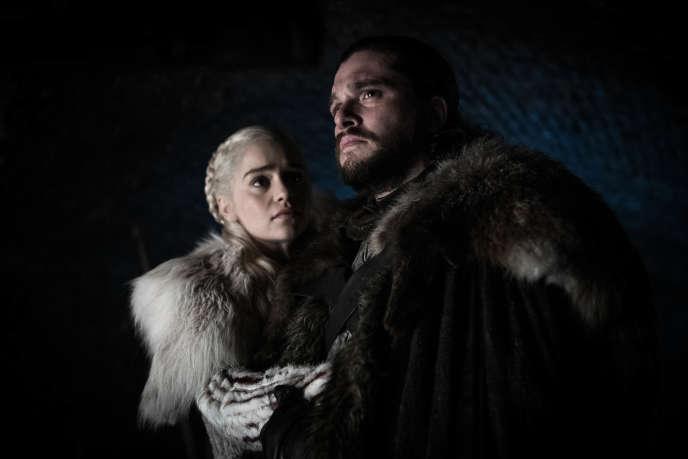 Emilia Clarke (Daenerys Targaryen) et Kit Harington (Jon Snow) dans leur nouvel habitat naturel, le noir complet.