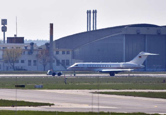 Un Bombardier Global5000 appartenant à la flotte gouvernementale est remorqué à l'aéroport deBerlin-Schönefeld, le 16 avril.