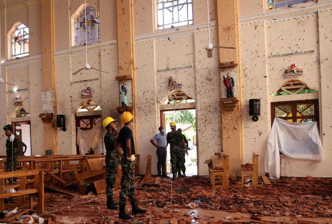 Des enquêteurs dans l'église Saint-Sébastien, à Negombo, le 22 avril 2019.