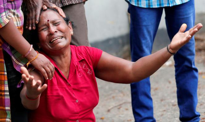 La proche d'une victime de l'attentat à la bombe de l'église Saint-Antoine à Colombo, le 21 avril.