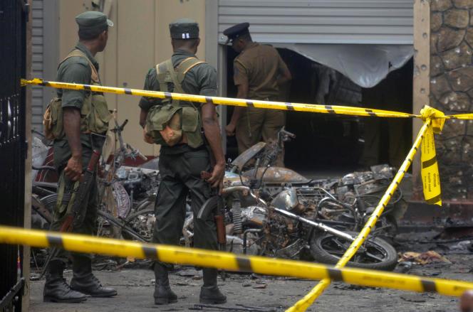 L'armée monte la garde près de l'église de Batticaloa (Sri Lanka), où l'explosion d'une bombe a tué au moins 25 personnes, le 21 avril.