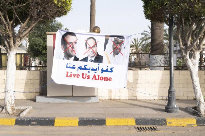 Une affiche dénonçant le soutien apporté par la France, l'Egypte et les Emirats arabes unis au maréchal Khalifa Haftar, le 20 avril à Tripoli.