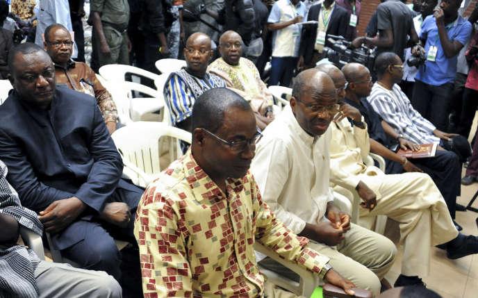 A Ouagadougou, le 27 avril 2017, au premier rang, l'ex-ministre des affaires étrangères burkinabé Djibrill Bassolé et le général Gilbert Diendéré lors du procès du putsch manqué de 2015.