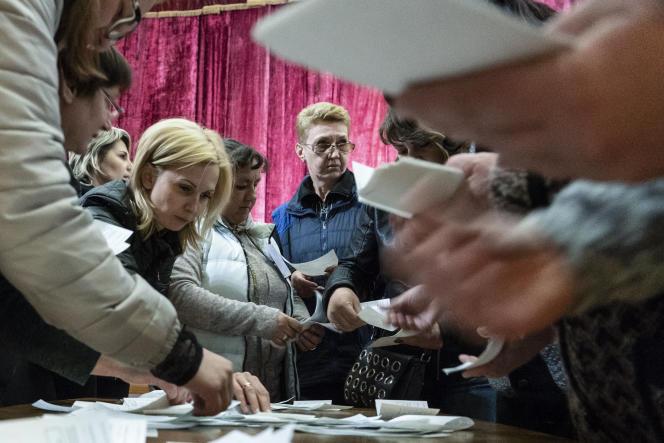Les responsables électoraux décomptent les bulletins de vote, à Mariinka, dans la région de Donetsk (Ukraine), le 21 avril.