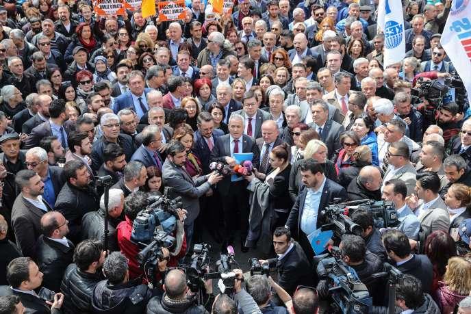 Les partisans du Parti républicain du peuple (CHP)venus soutenir, le 22 avril, leur leader, Kemal Kilicdaroglu, aggressé par une foule hostile la veille à Ankara.