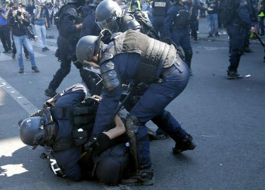 La police met à terre un cameraman, place de la République, lors de la manifestation parisienne des « gilets jaunes», le 20 avril.