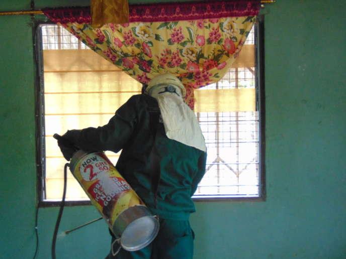 L'ONG ghanéenne AGALMal procède à une campagne de pulvérisation d'insecticide avant la période de reproduction des moustiques, vecteurs du paludisme, dans l'ouest du Ghana.
