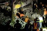 Les secouristes à la recherche de rescapés du séisme, dans le nord de Manille aux Philippines, le 22 avril.