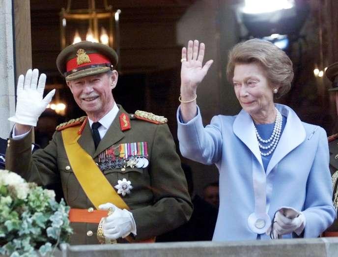 Le grand-duc Jean de Luxembourg salue la foule, aux côtés de sa femme, la grande-duchesse Joséphine-Charlotte, le 7 octobre 2000, à Luxembourg, après leur abdication en faveur de leur fils aîné, le prince Henri.