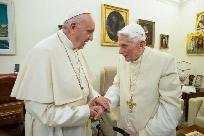 Rencontre du pape François et de son prédécesseur Benoît XVI, en décembre 2018, au Vatican.