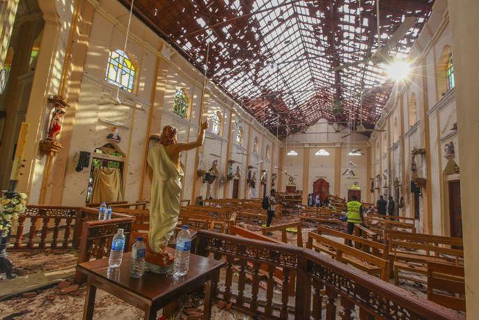Dimanche 21 avril 2019, l'intérieur de l'église Saint-Sébastien endommagée par l'explosion à Negombo, au nord de Colombo, au Sri Lanka.
