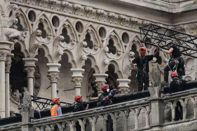 Comme c'est le cas dans ce type de chantiers, une sorte d'immense « parapluie » doit être installé afin de protéger le bâtiment de façon permanente des intempéries, le temps pour les ouvriers d'effectuer les travaux de reconstruction