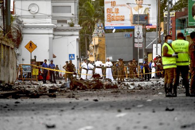 Devant l'une des églises touchées par un attentat, le 22 avril.