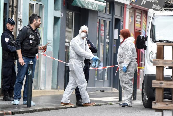 Devant le bar à chicha où un jeune homme de 23 ans a été tué dans la nuit du 22 au 23 avril à Nantes.