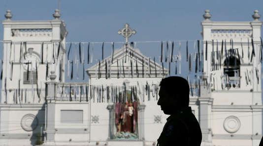 Trois minutes de silence ont été observées mardi 23 avril, en hommage aux victimes . Icidevant l'église Saint-Antoine de Colombo, frappée par une attaque.