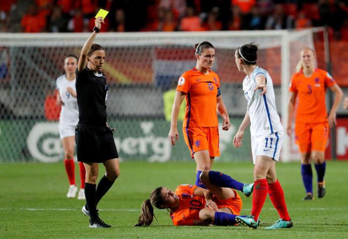 L'arbitre Stéphanie Frappart tend un carton jaune lors de la rencontre entre les Pays-Bas et l'Angleterre le 3 août 2017.