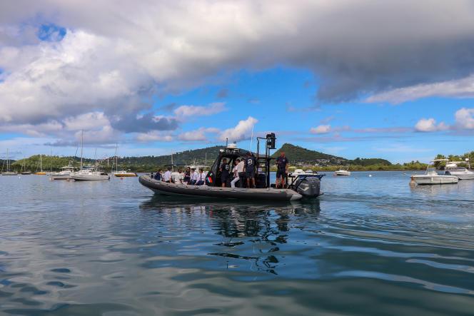 Des gendarmes contrôlant l'immigration illégale en provenance des Comores, lors de la visite du ministre de l'intérieur, Christophe Castaner, à Mayotte, le 15 avril.