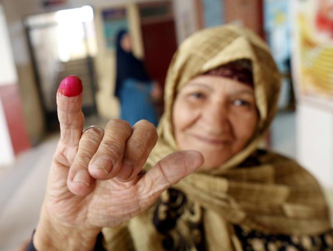 Une femme égyptienne montre son doigt encré, signe qu'elle a voté, le 21 avril au Caire.