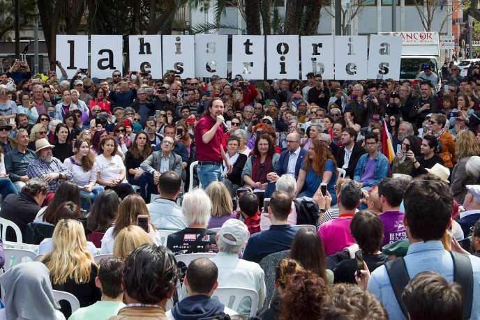 Le chef de file de Podemos, Pablo Iglesias, le 15 avril à Palma de Majorque, devant un slogan:«C'est toi qui écris l'histoire».