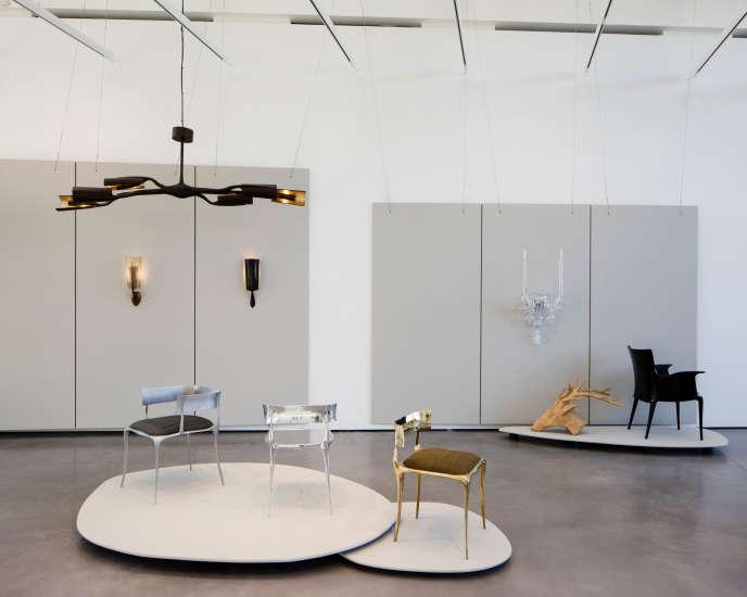 Exposition auChateau La Coste avec des chaises en bronze ou en aluminium de la collection Aria, et une applique en verre de Murano baptisée Madeleine, inspirée du lustre créé par Paul Mathieu pour l'église de la Madeleine à Aix-en-Provence.