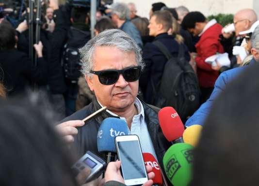 Le journaliste Pedro Salinas, devant les médias, le 20 avril 2019, au Vatican, à l'occasion d'un rassemblement de l'organisation Ending Clergy Abuse.