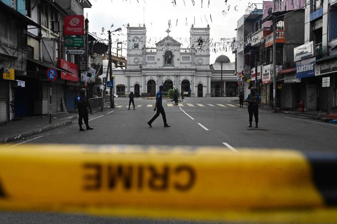 Le personnel de sécurité monte la garde devant le sanctuaire Saint-Antoine de Colombo, le 23 avril, deux jours après une série d'attentats à la bombe visant des églises et des hôtels de luxe au Sri Lanka. Le 23 avril, le Sri Lanka a entamé une journée de deuil national avec trois minutes de silence en l'honneur de plus de 300 personnes tuées dans des attentats-suicides à la bombe perpétrés par un groupe islamiste local. / AFP / Jewel SAMAD