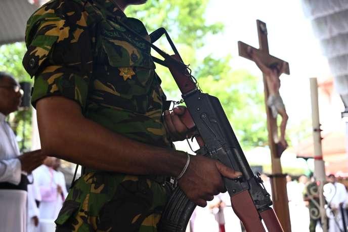 Un soldat se tient à proximité de l'Eglise Saint-Sébastien, à Negombo, au nord de la capitale, alors que se tient un service funéraire de victimes des attaques-suicides du 21 avril.