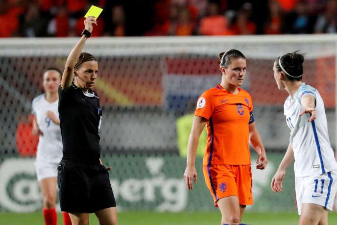 Stéphanie Frappart arbitre un match entre l'équipe anglaise et hollandaise, le 3 août 2017.