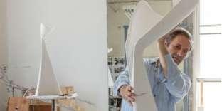 Paul Mathieu dans son atelier à New York en février2019, avec le lampadaire The Grace pour la galerie Ralph Pucci.