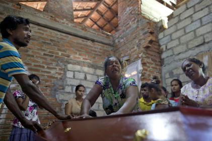Lalitha, au centre, pleure la mort de sa nièce de 12 ans victime de l'attentat de l'église Saint-Sebastian, le 22 avril à Negombo.
