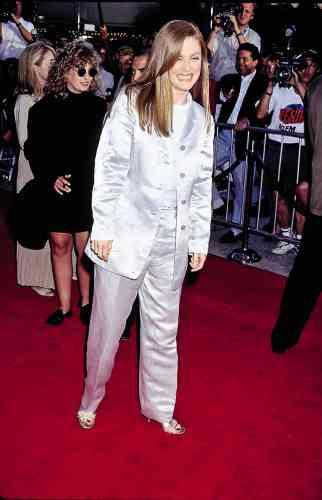 Julianne Moore est hilare. Et il y a de quoi. A 39 ans, cette fille d'une psychiatre écossaise et d'un colonel américain, comédienne depuis la fin des années 1980, est à l'affiche du très beau «Magnolia», de Paul Thomas Anderson. Quelques années après une nomination aux Oscars pour «Boogie Nights», elle confirme ainsi son statut montant à Hollywood et sa réputation d'actrice brillante. Que ce costume quatre boutons en satin ne viendra évidemment pas contredire.