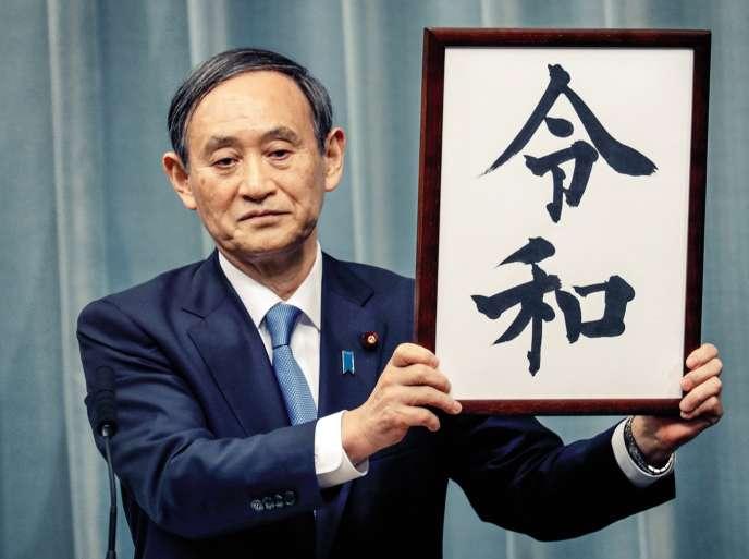 Le porte-parole du gouvernement, Yoshihide Suga, a révélé le 1er avril que l'ère correspondant au règne du nouvel empereur s'appellerait « Reiwa ». Un nom sujet à débats.