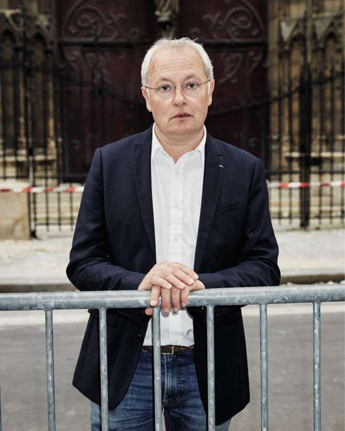 L'architecte en chef des monuments historiques, devant la cathédrale Notre-Dame de Paris, le 23 avril.
